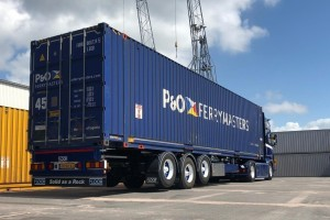 Vier Pacton containerchassis voor Hart Transport